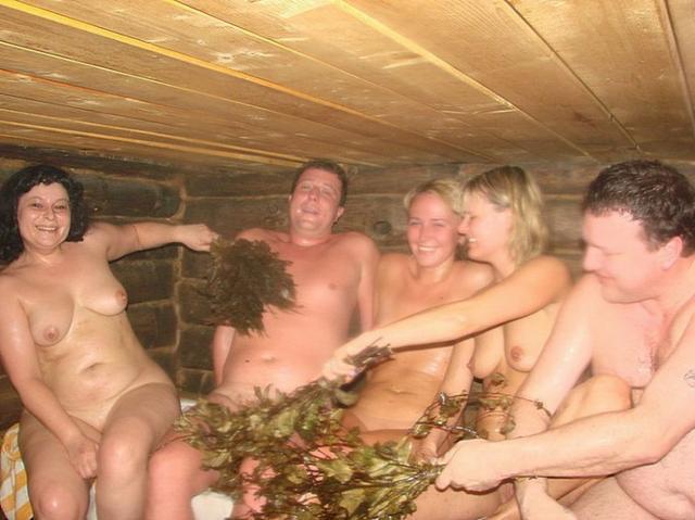 В бане кавалеры провели время со своими бабами