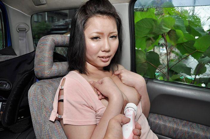 Загульная баба с кривыми зубами дает себя лапать в автомобиле за буфера и ляжки