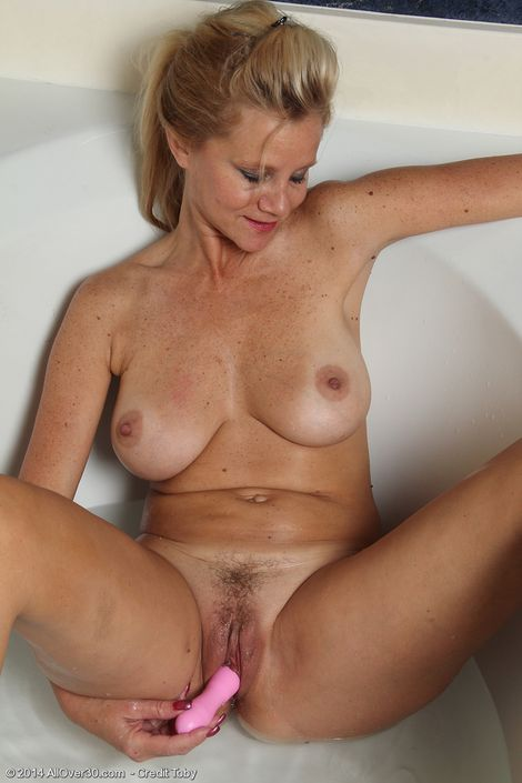 Обнаженная леди Heidi Gallo с громадными грудями дрочит свою гладкую пилотку вибратором hd порно фото