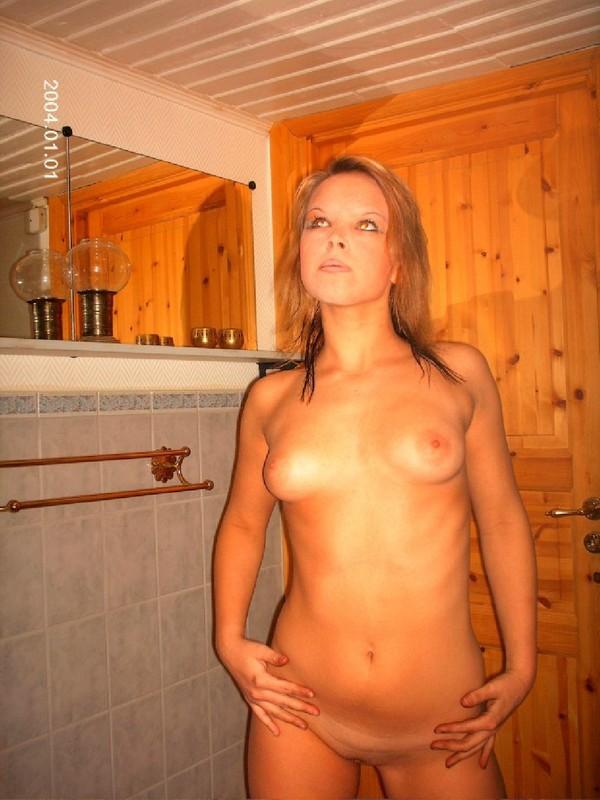 Голая деваха замечталась в ванной комнате