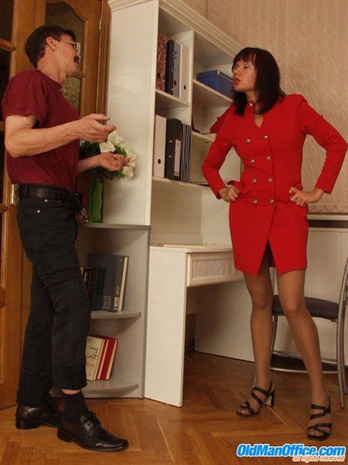 Семейная пара порется лишь слегка приспустив одежды