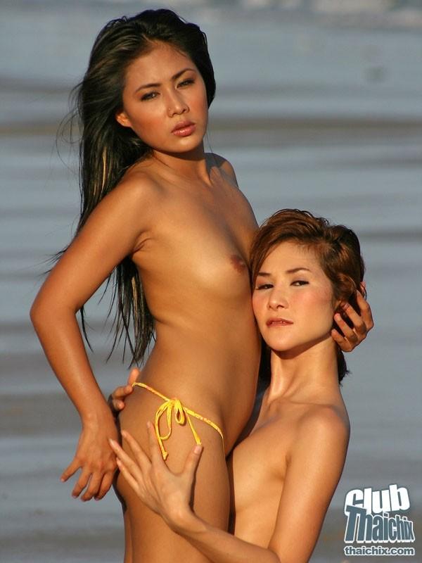 Прекрасная клубничка с 2-мя юными азиатками