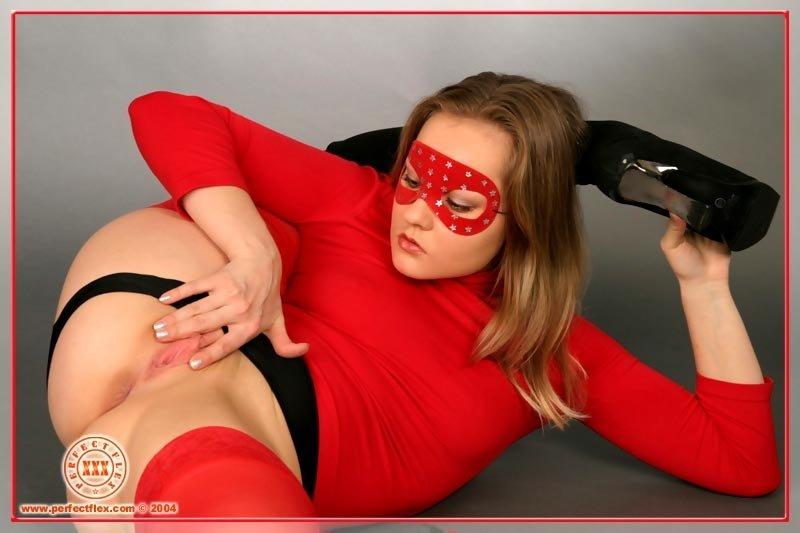 Гибкая шлюха в красной одежде, задирает свои ноги и пихает во влагалище дилдо