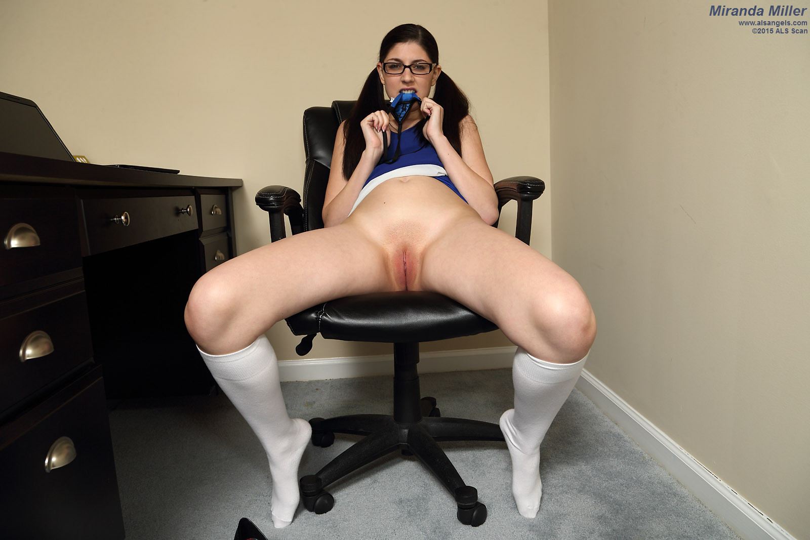 Миранда Миллер скучает на практике, она ставит толстый член на присоске на стол и насаживается на него киской