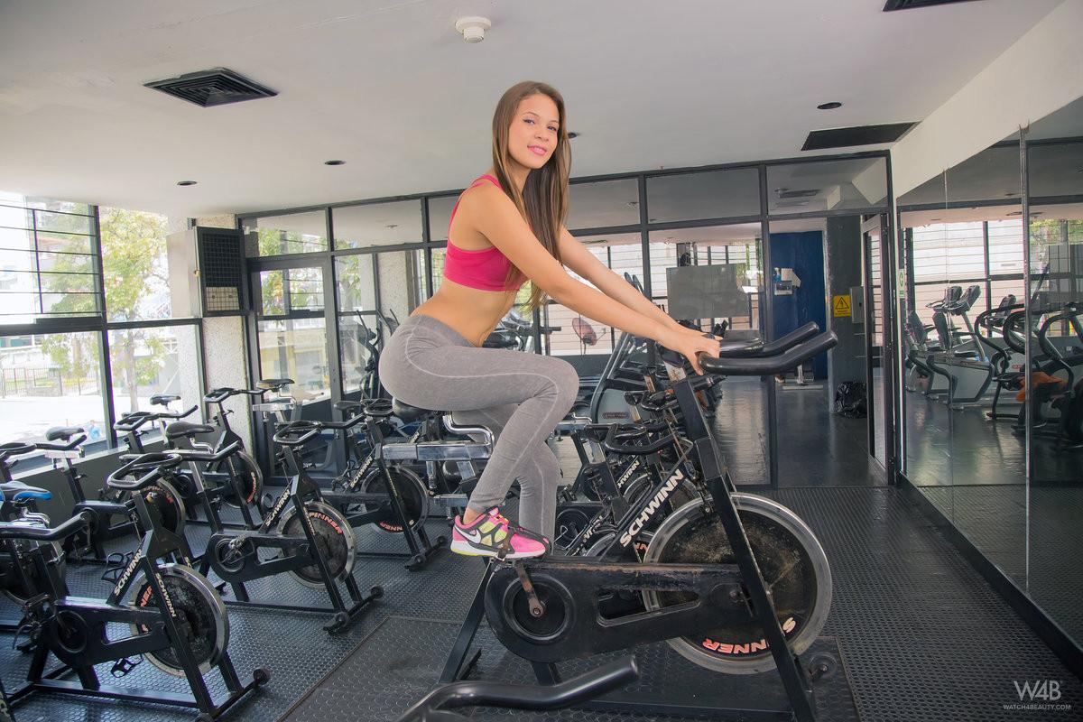 Кира Лоренс снимает одежду в спортзале