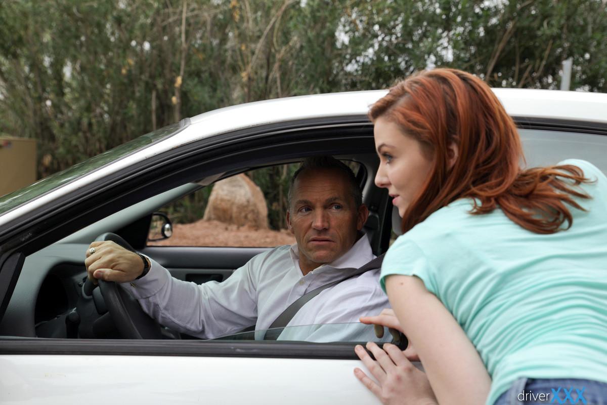Рыжую стройняшку пацан наказал в автомобиле за её плохое поведение