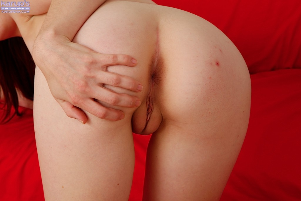 Стройная милаха показала для порно журнала узкую сраку и киску