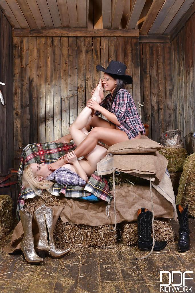 Две ковбойши обнажаются в сарае для лесбийских утех