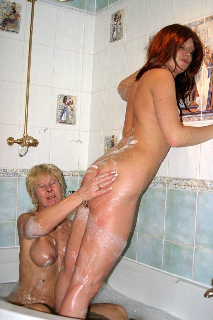 Моют попки в горячем душе