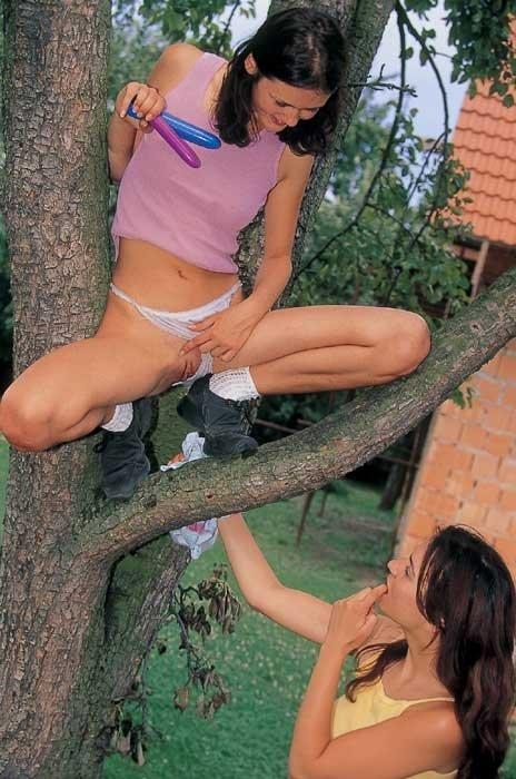 В лесу молоденьким брюнеткам захотелось лесбийского траха