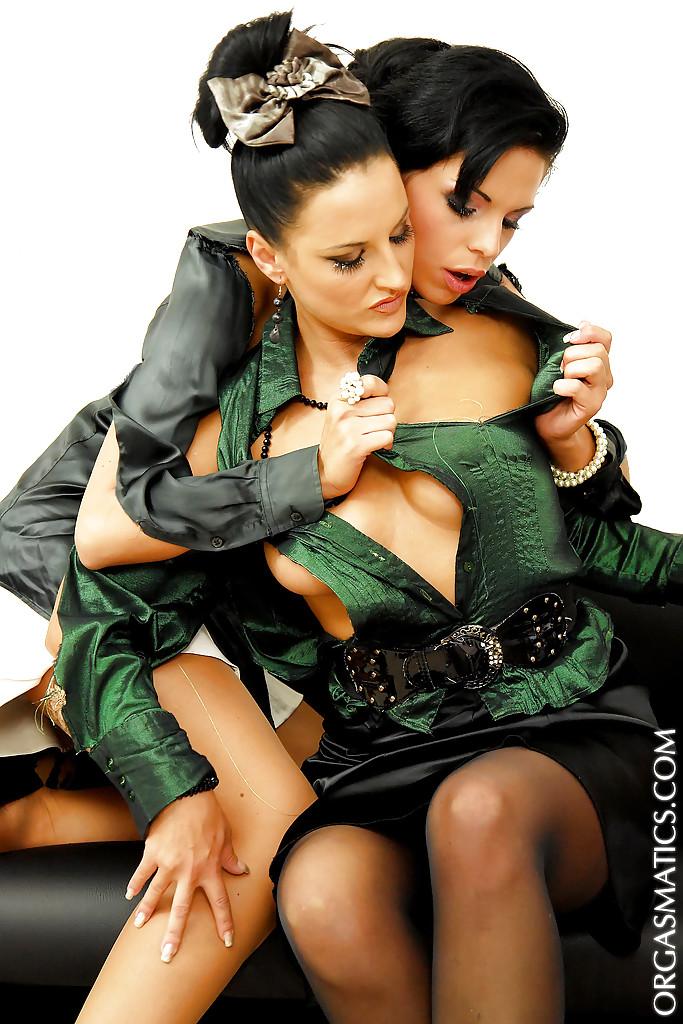 Офисные сотрудницы дрочат друг другу вибраторами во время обеда секс-фото