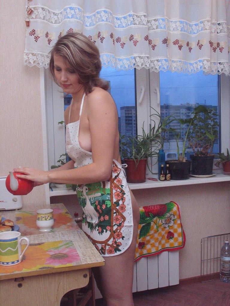 40-летняя россиянка снимает лифчик на кухне