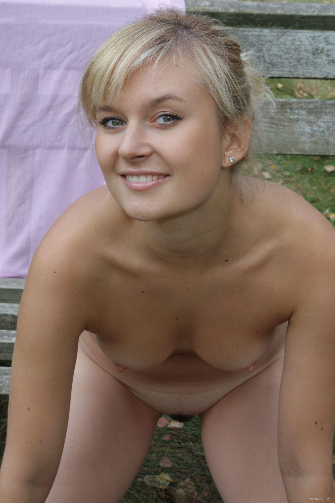 Идеальная блондинка позирует прямо в естественной среде и не стесняется – ее фигурке можно только позавидовать