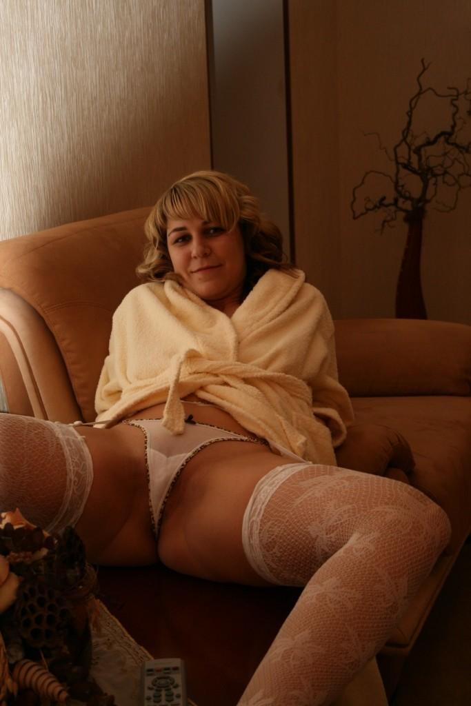 Украинка даже на рабочем месте хранит секс игрушки
