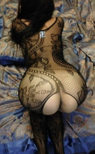 Замужняя темноволосая девка в сексуальном белье виляет задницей в возбуждающем