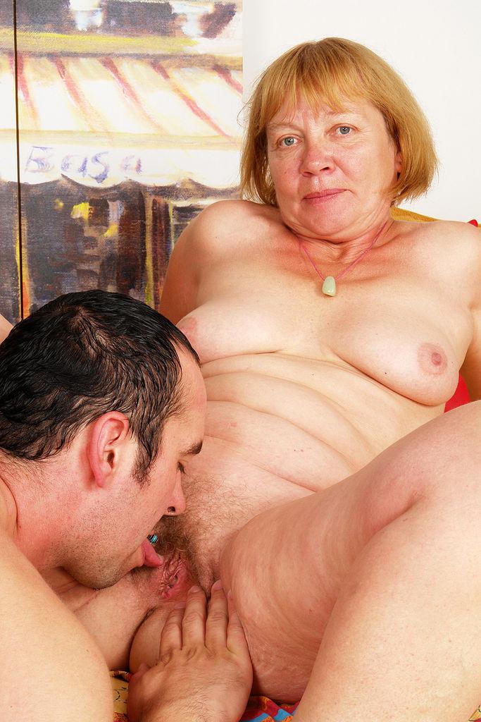 Юнец кончил на лицо пожилой бабе