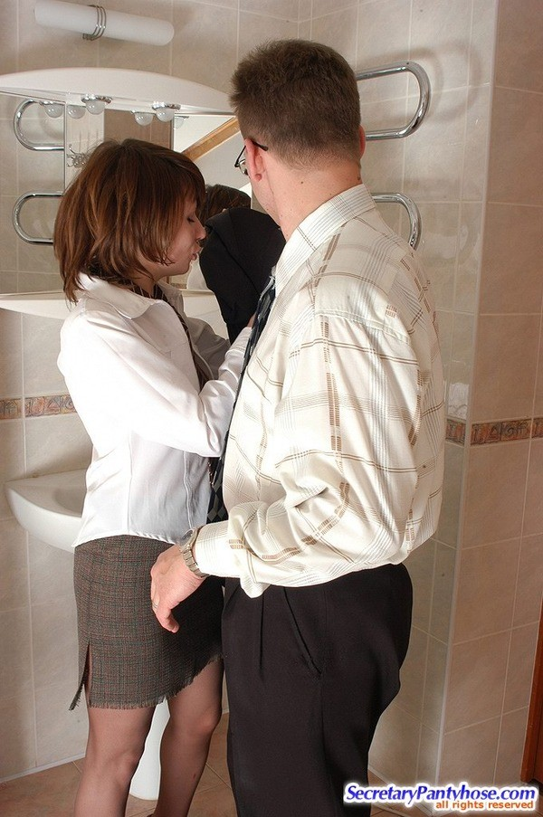 Алиса перепихнулась с Питером в офисном туалете