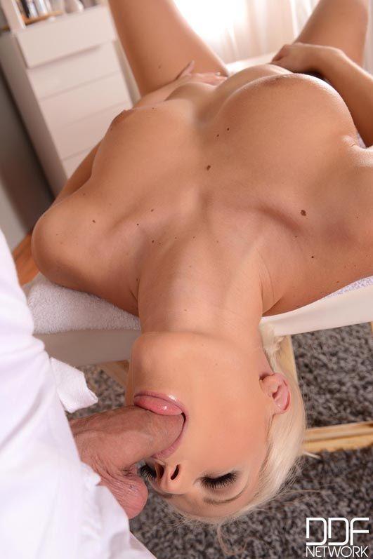 Потрясающей соблазнительной блондинке Blanche Bradburry делают массаж, за который она расплачивается оральными ласками