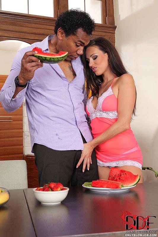 Грязная крольчиха Mea Melone использует взбитые сливки до минета и наслаждается грубым межрассовым совокуплением