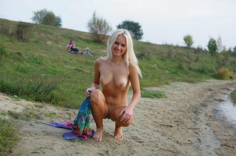 Горячая обнаженная блондинка радуется в укромном месте