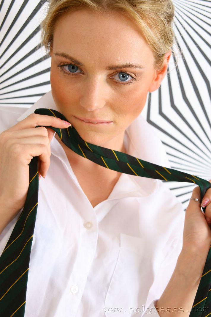 Первокурсница колледжа Steph Onlytease с глубокими голубыми глазами снимается в супер возбуждающем нейлоновом белье
