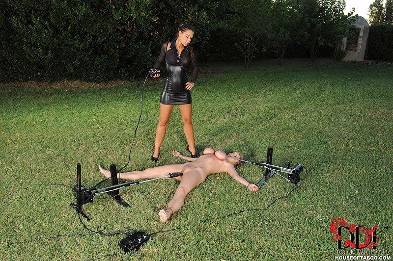 Девушка доминирует над подружкой на зеленой траве