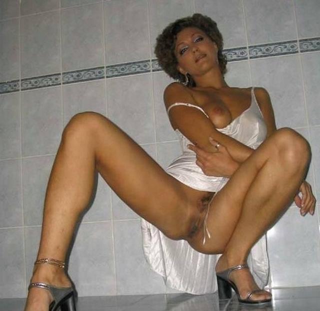 Красивые зрелки раздвигают ножки и оголяют вагины