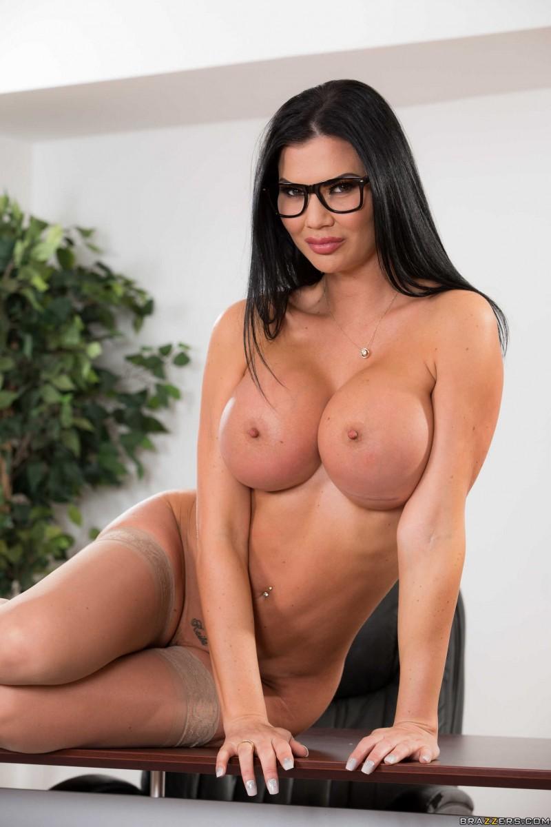 Нагая в очках и с интимным пирсингом