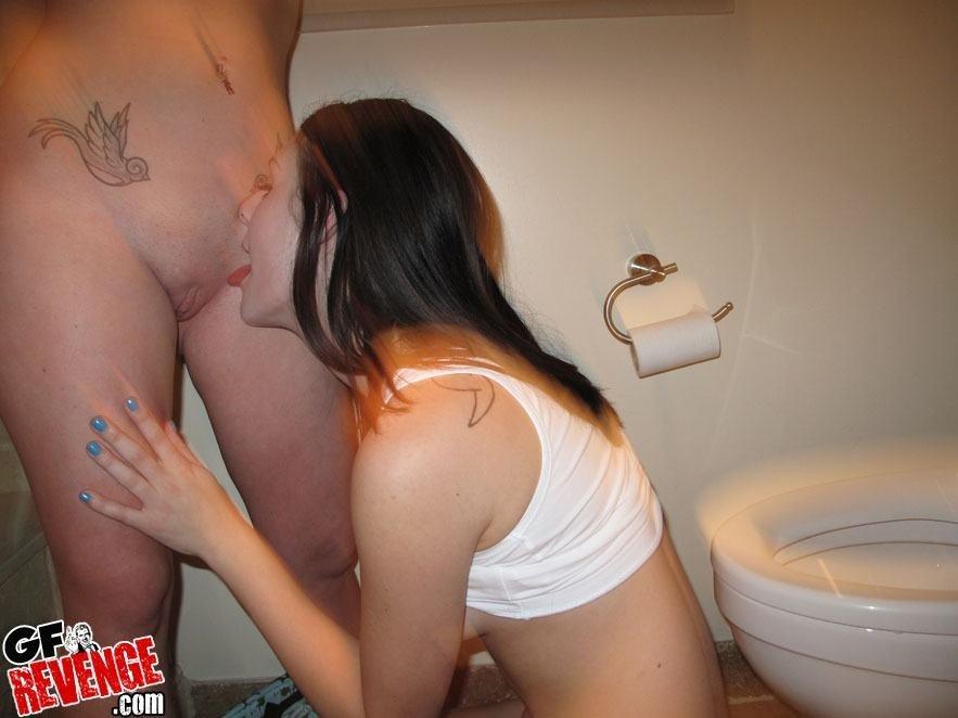 Девственные лесби ласкаются в туалете