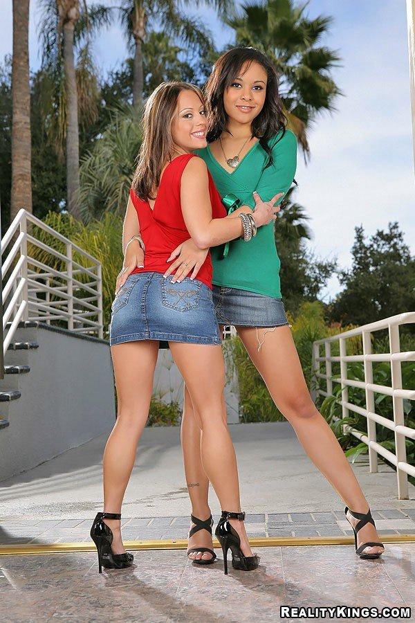 Jaslin Diaz и Genie в миниюбках и на шпильках