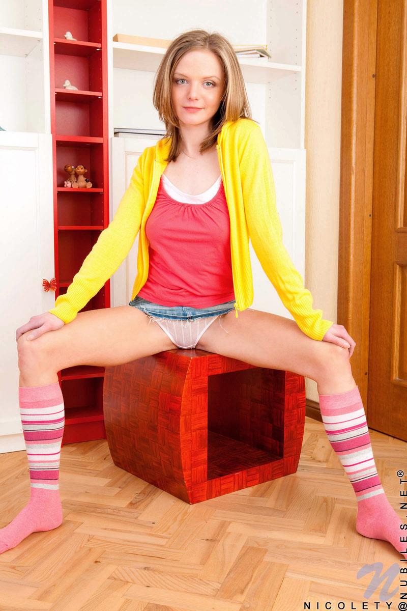 Девочка-подросток в белых бикини и розовых чулках Nicolety Nubiles стягивает джинсовую мини-юбку