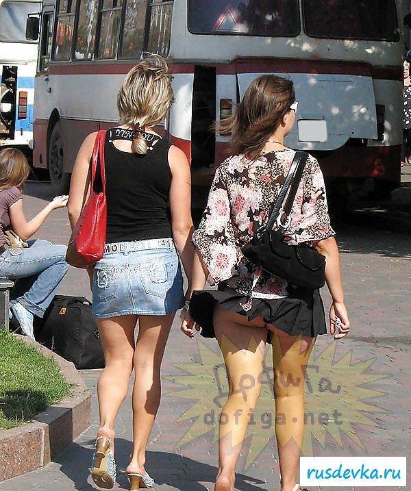 Подсмотрим под нагие девчачьи юбки