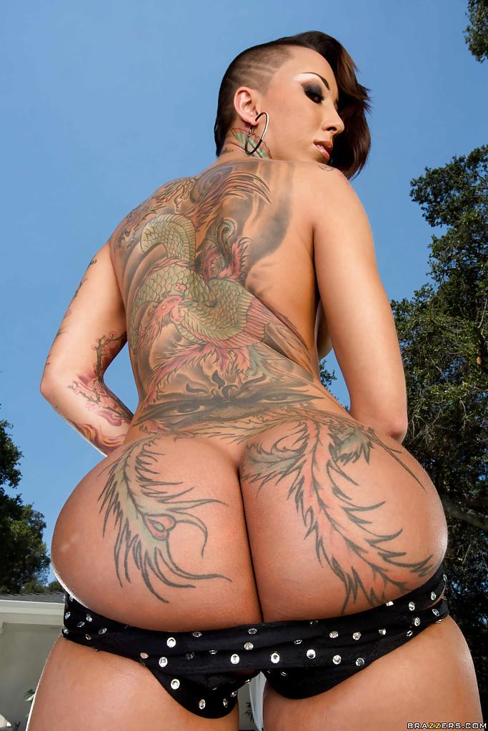 Сучка с татуировками на всю спину блистает упругой попой у бассейна фото порно