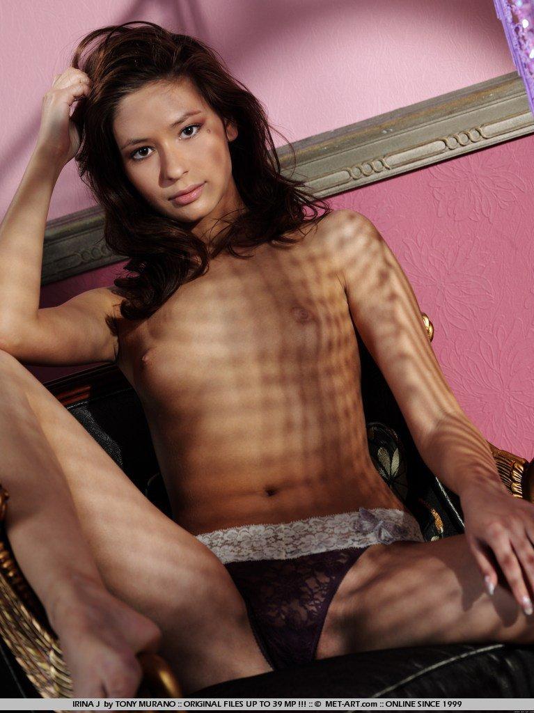 Совершеннолетняя вагина распутницы Irina J выглядит восхитительно на этой эротической фотосессии