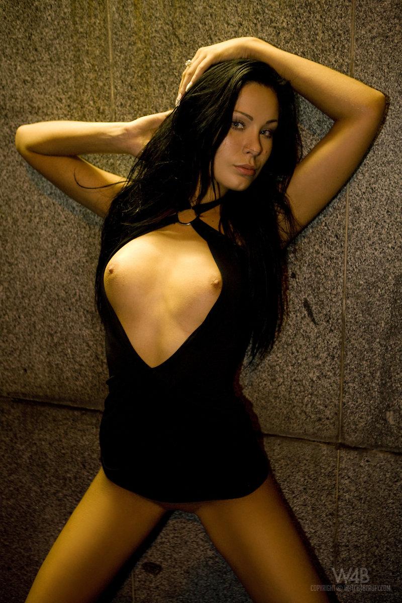 Nikita Black в узком черном мини платье показала свои миниатюрные грудки и тугую вульву на публике
