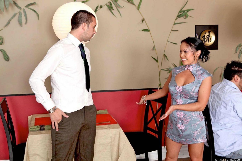 Китаянка с идеальным торсом Mya Luanna дает в попку юнцу с огромным пенисом