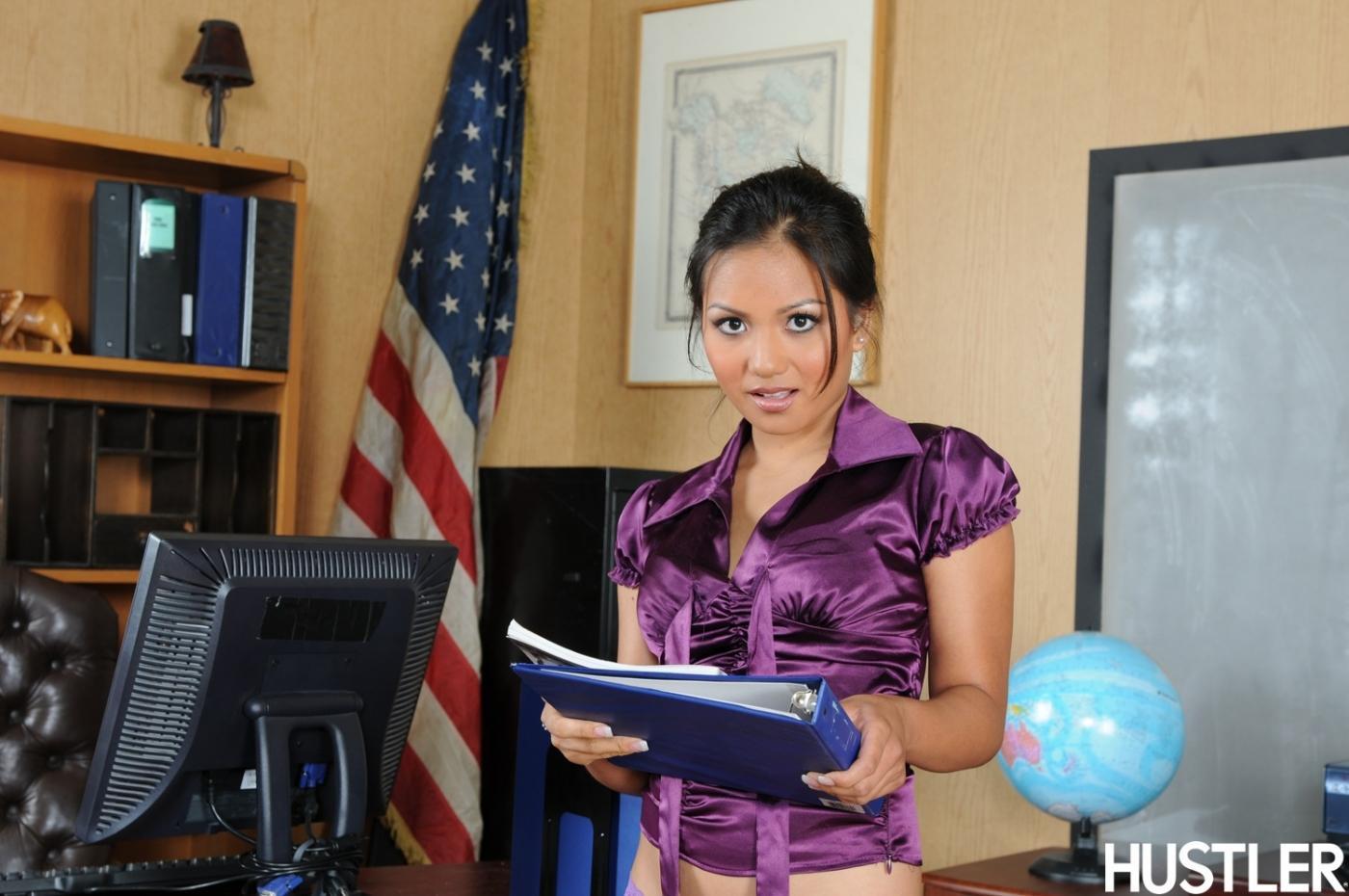 Азиатская бизнес-леди Lana Violet раздевается и обнажает гладкую пилотку