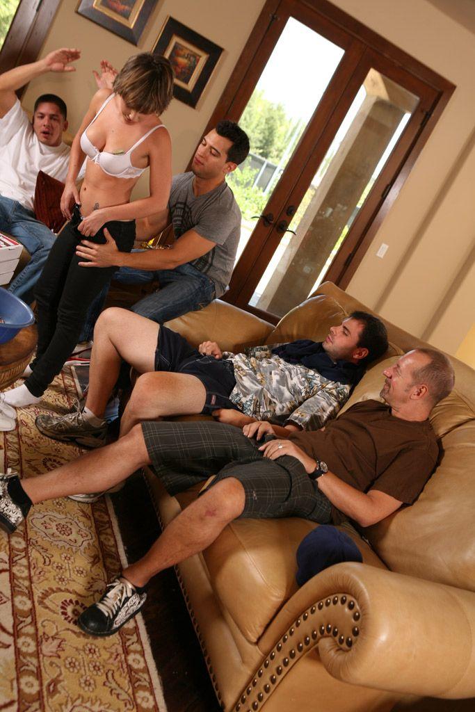 Четыре возбужденных парня достают свои жаждущие секса хер чтобы отъебать доступную потаскушку Katie St Ives