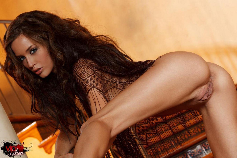 Сексуальная Malena morgan дрочит и извивается на ступенях