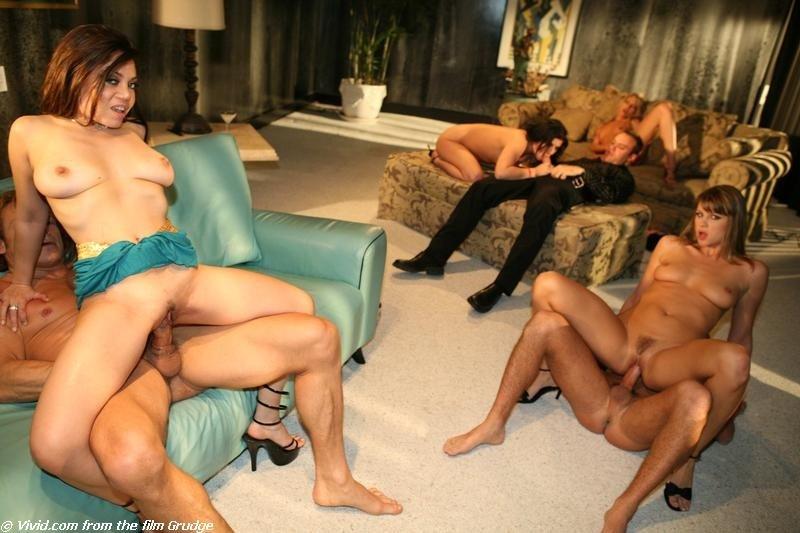Возбужденные парнишки трахают опытных сучек во все дырочки и в всевозможных позах