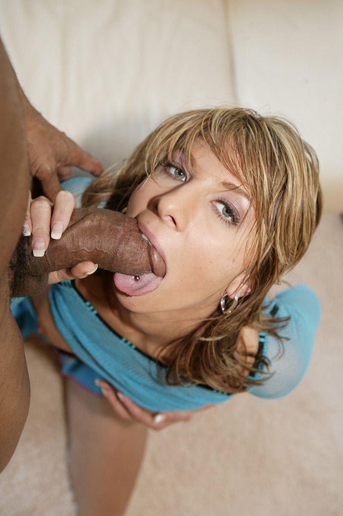 Похотливую киску милашки Janet Alfano дерзко ебет черный парнишка с громаным хуем и кончает ей на лицо