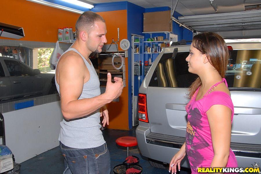 Соблазнительная детка Jessica Star с классной попкой дико занимается сексом с механиком в гараже