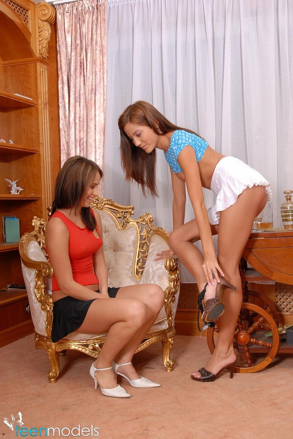 Молодые красивые лесби Aleska Diamond и Anita Pearl любят трахать друг друга вибраторами в выразительные дырочки