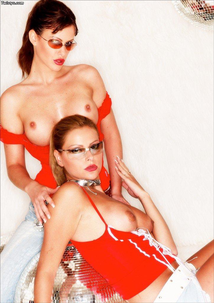 Возбужденные лесби Liv и ее сестра ебутся большим дилдо