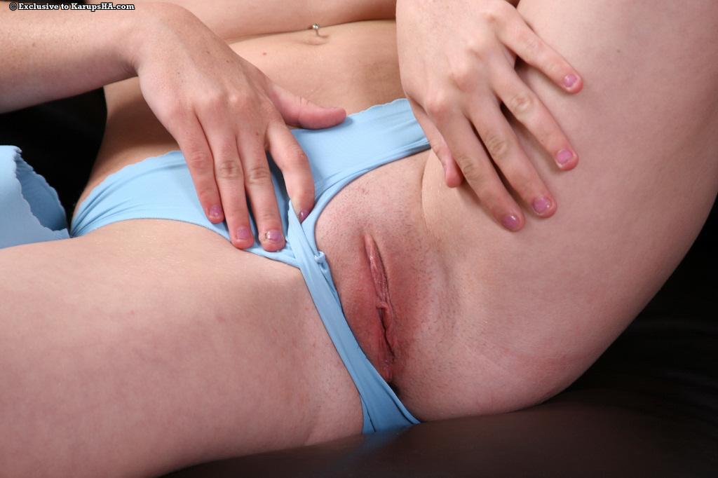 Темноволосая крошка Lucy Sky в белых чулочках стаскивает свои синие бикини и лифчик