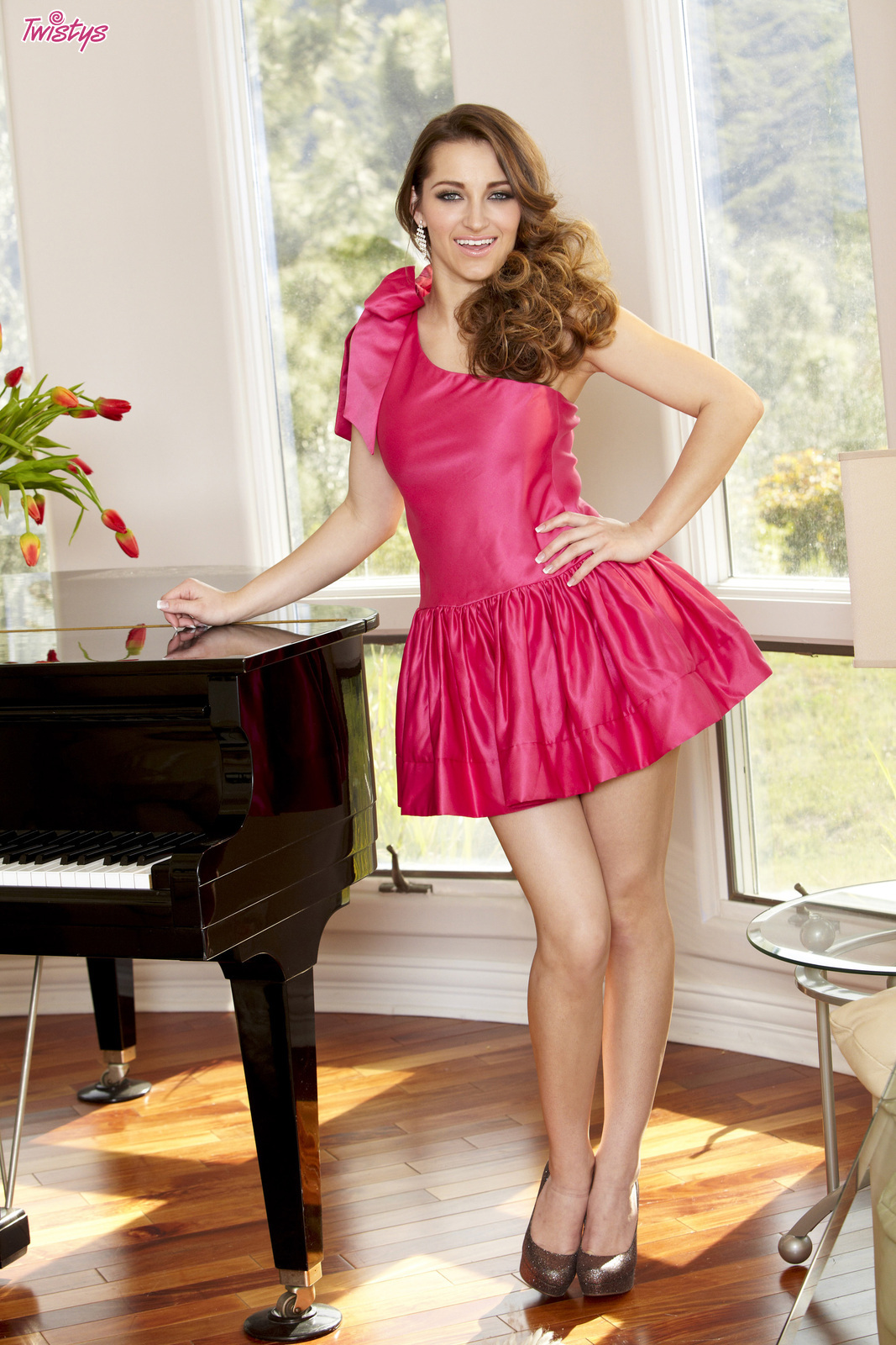 Стильная Dani Daniels спускает розовое платье и развлекается с дилдо