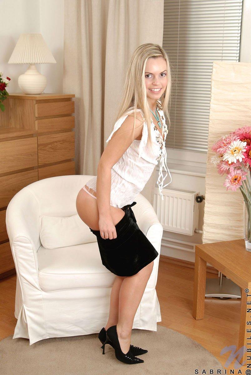 Блондинистая Sabrina Blond гордится своими мелкими титьками, красивой попкой и сладкой вульвой