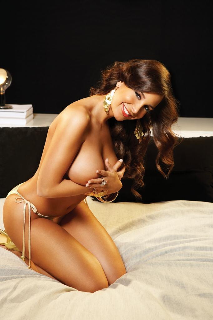 Темненькая топ-модель с привлекательными формами Mayra Veronica возбуждающе снимается и показывает игривую попку