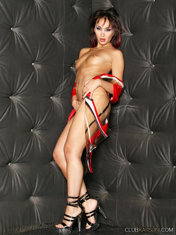 Бесстыдная азиатка Katsuni спускает красное латексное платье и разводит ноги