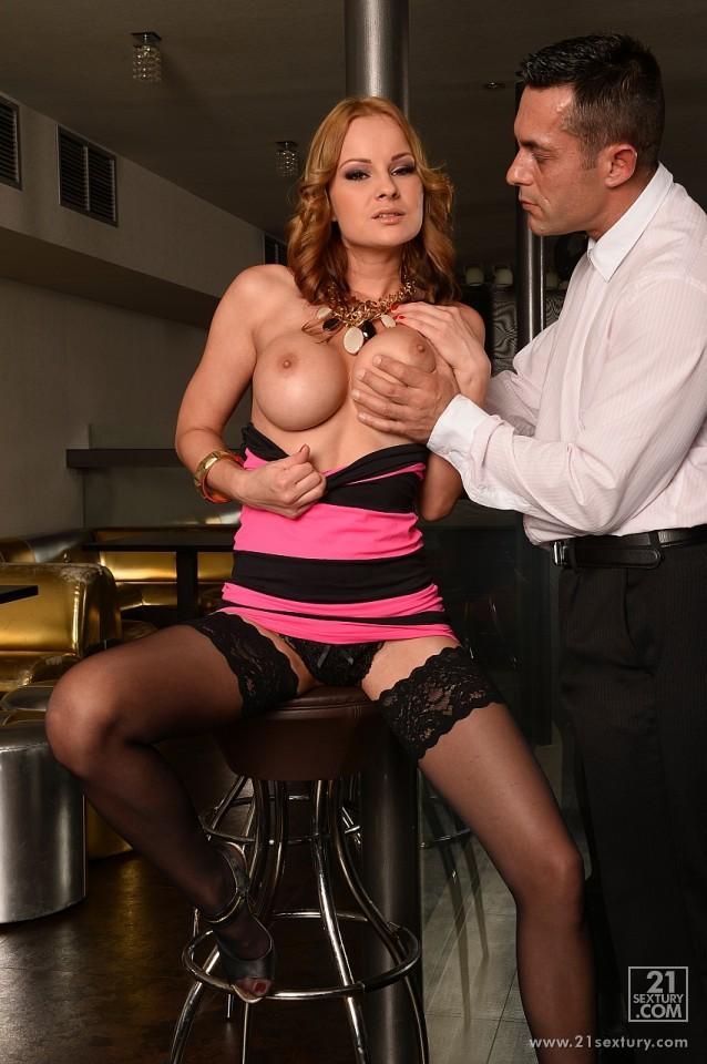 Роскошная девушка Abbie Cat с крупной грудью широко раздвинув ножки отдается пареньку с твердым членом